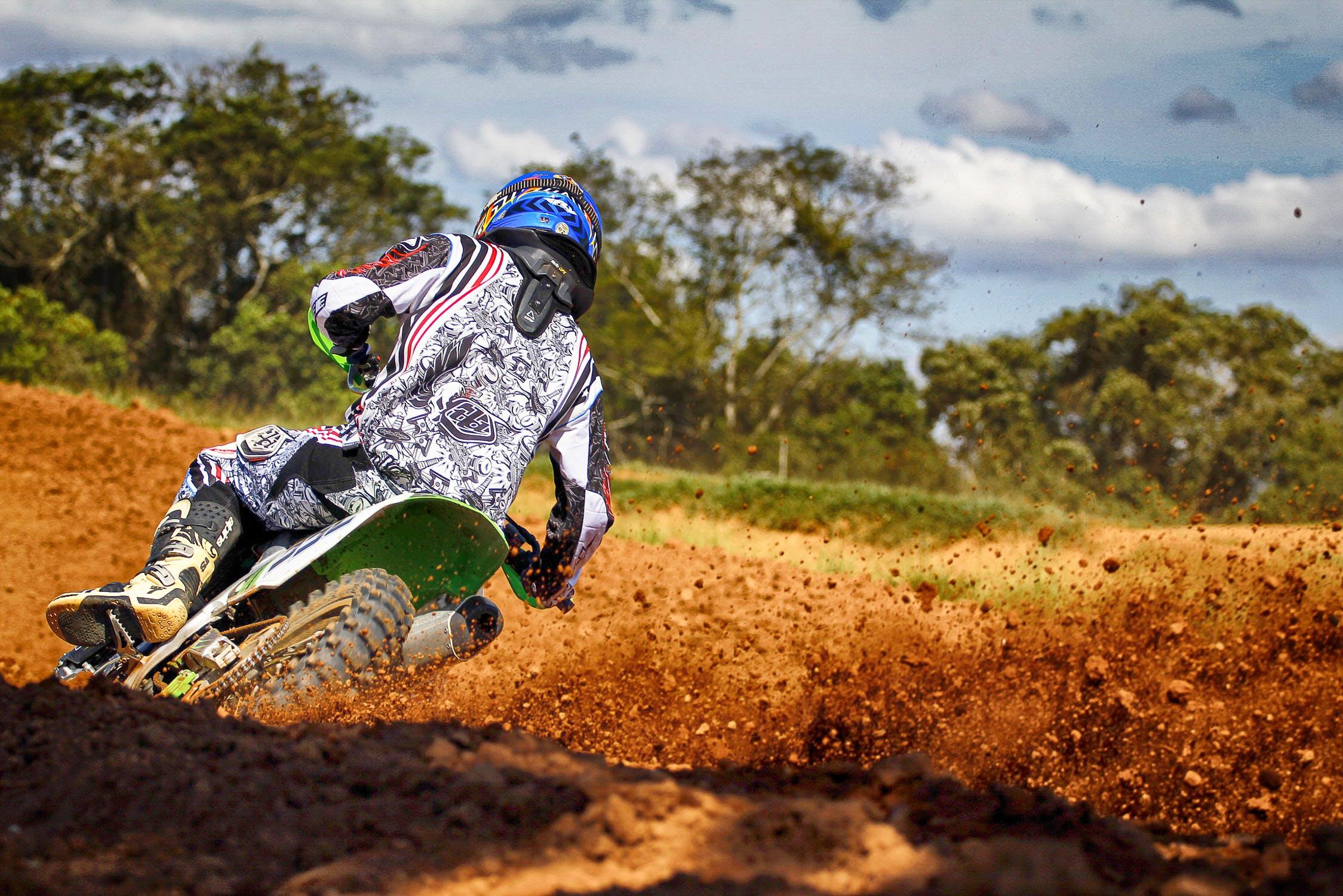 photo motocross tout terrain dans un circuit de terre