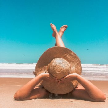 photo femme avec chapeau sur la plage