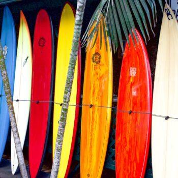 photo planches de surf colorés