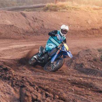 photo motocross virage dans un chemin boueux