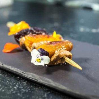 photo brochettes de canard avec fleur décorative
