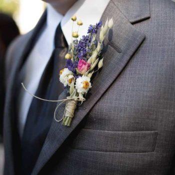 photo costume marié avec petit bouqet fleur sur la veste