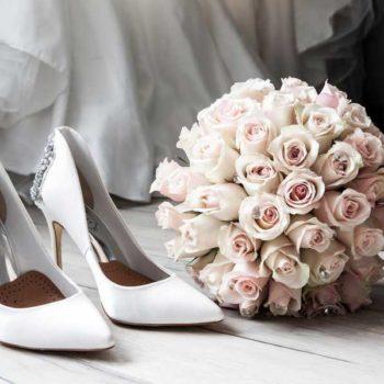 photo bouquet de fleur, chaussure blanche et robe de mariée