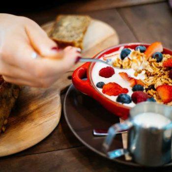 photo déjeuner avec bol de créales et fruits rouges