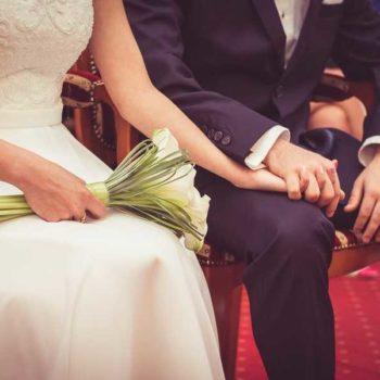 photo mariés qui se tiennent la main