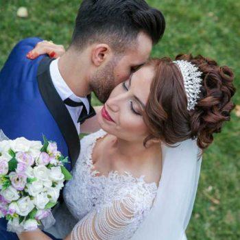 photo mariés qui danse sur la pelouse