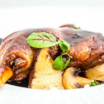 photo canard cuisiné avec un plat avec champignons