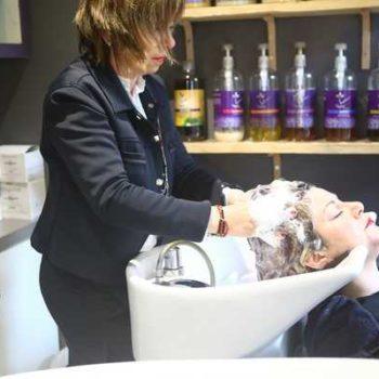 photo coiffeuse et cliente lavage de cheveux