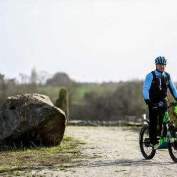 photo homme qui fait du vélo campagne