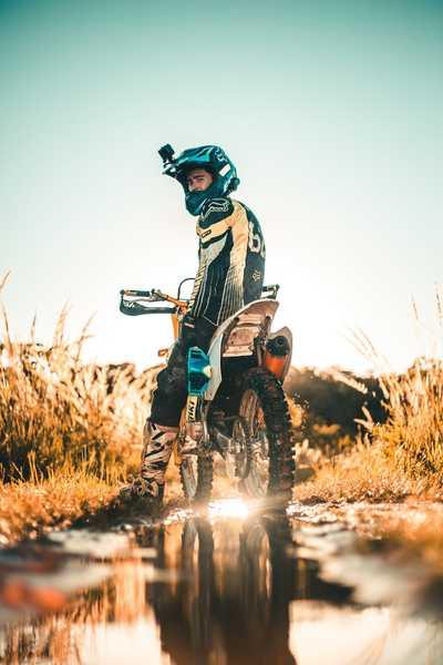 photo motocross dans chemin boueux