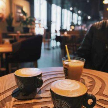 photo tasse et verre de café