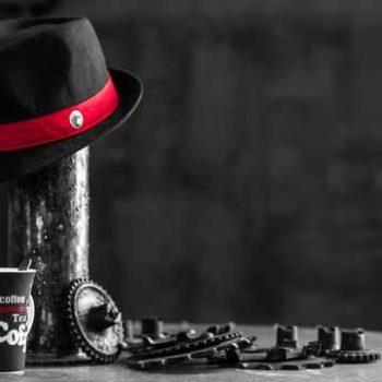 photo café et chapeau noir et blanc, avec liserai du chapeau rouge