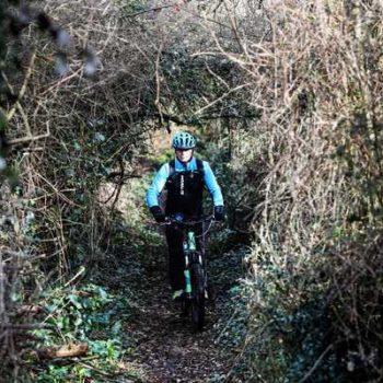 photo homme qui fait du vélo foret