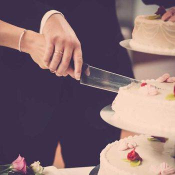 photo de mariés qui coupent le gateau