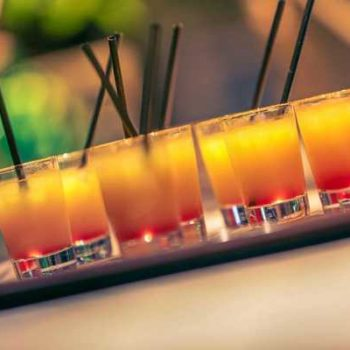 photo plateau de verrines colorées