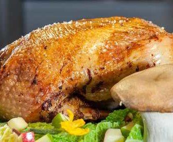 photo d'un poulet avec décoration