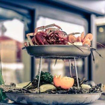 photo avec un plat deux étages de poissons et crustacés