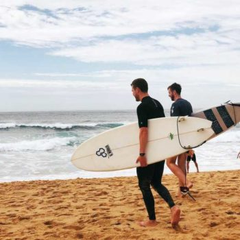 photo deux surfers sur la plage avec leurs planches de surf