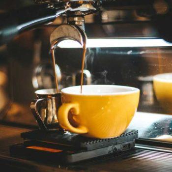 photo machine à café avec tasse jaune
