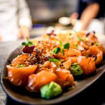 photo d'un plat avec des roulés de samon