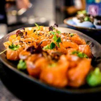 photo plat avec des roulés de saumon