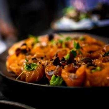 Photo d'un plat de petits saumons roulés