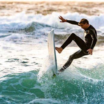 photo surfer qui prend une vague