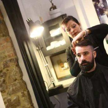 photo salon coiffure avec homme qui se fait coiffer
