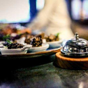Photo d'une cloche et d'un plat d'amuses bouches
