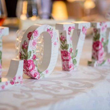 photo love sur table de mariée