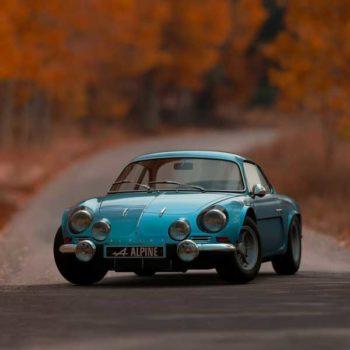 photo voiture bleu encienne sur chemin en automne