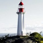 photo phare sur rocher au bord de mer