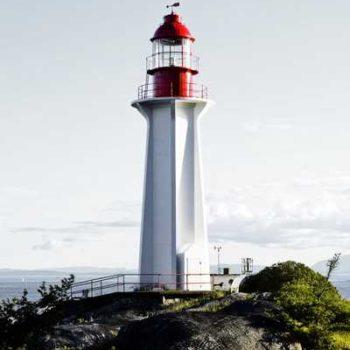 photo phare sur rocher au bord de mer