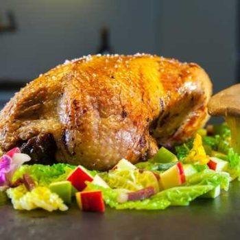 photo poulet avec champignon et légumes sur fond de salade