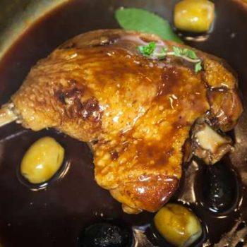 photo canard cuisiné avec un marmite avec de la sauce