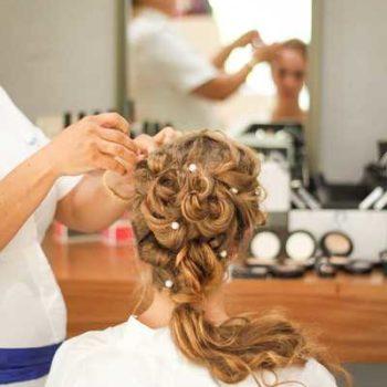 photo coiffeuse qui coiffe une cliente